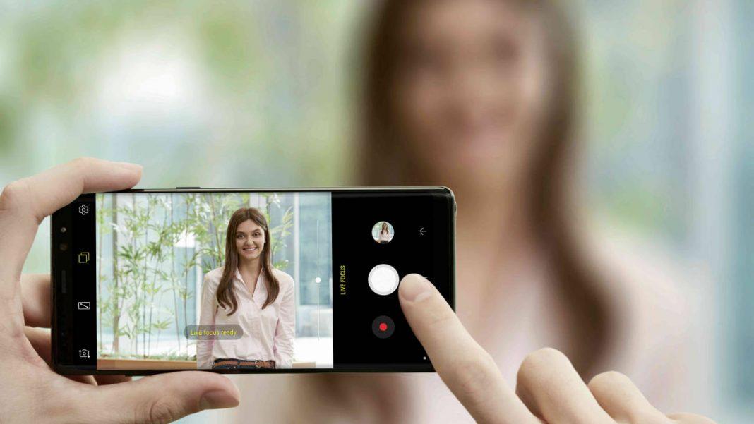 Chica tomando foto Samsung Note 8