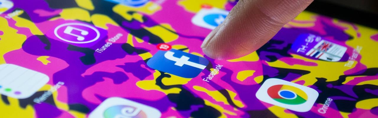 Celular con aplicacion facebook